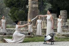 <p>Торжественная церемония зажжения Олимпийского огня в древней Олимпии 24 марта 2008 года. (REUTERS/John Kolesidis)</p>