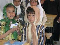 <p>Bambine afghane in una scuola nel villaggio di Deh Hassan, nel nord dell'Afghanistan. REUTERS/David Brunnstrom (AFGHANISTAN)</p>