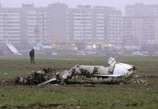 <p>Сотрудник украинской милиции охраняет место крушения самолета неподалеку от Киева 10 декабря 2007 года. Авария легкого гидросамолета А-24 под Киевом в воскресенье вечером привела к гибели трех человек, сообщило Министерство по чрезвычайным ситуациям Украины. (REUTERS/Gleb Garanich)</p>