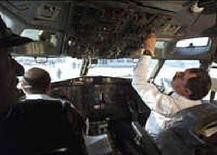 <p>Piloti si preparano al decollo. REUTERS</p>