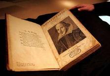 <p>In una immagine di archivio una copia della prima raccolta di poesie di William Shakespeare. REUTERS/Shannon Stapleton</p>