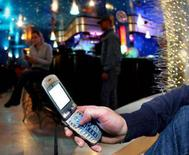<p>Un uomo usa il telefonino. REUTERS/Daniele LA Monaca</p>
