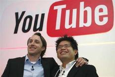 <p>Chad Hurley (a sinistra) e Steve Chen, i cofondatori di YouTube, in una foto del giugno 2007. REUTERS/Philippe Wojazer</p>