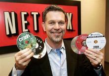 <p>Reed Hastings, ad di Netflix, il servizio di noleggio dvd online, nel suo ufficio di Beverly Hills, in California. La foto è del dicembre 2005. REUTERS/Fred Prouser</p>