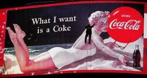 <p>Un cartellone pubblicitario della Coca Cola in una foto d'archivio. REUTERS/Peter Macdiarmid</p>