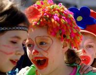 <p>Ragazzini mascherati festeggiano il Pesce d'Aprile a Skopje nel 2006. REUTERS/Ognen Teofilovski</p>