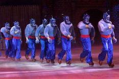 <p>Personaggi di Aladino sfilano al Disney On Ice di Hong Kong nel novembre del 2001. REUTERS/Kin Cheung</p>