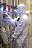 <p>Dans une usine de Micron Technology à Manassas, en Virginie. Le premier fabricant américain de puces mémoire a enregistré une très forte aggravation de sa perte trimestrielle sous le coup d'une baisse des ventes et d'une hausse des coûts dans un contexte de prix toujours aussi bas. Il a accusé sur le deuxième trimestre, clos le 29 février, de son exercice 2007-2008 une perte nette de 777 millions de dollars contre une perte nette de 52 millions un an plus tôt. /Photo d'archives/REUTERS/Micron Technology</p>