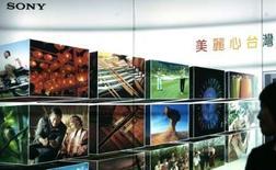<p>Affiche publicitaire de Sony à Taipei. La firme japonaise compte réduire ses coûts et prendre plus de commandes pour compenser l'impact négatif du yen fort sur ses profits, alors que le groupe lutte déjà pour maintenir ses marges sur les téléviseurs à écran plat et pour rattraper son retard sur Nintendo sur le marché des consoles de jeux vidéo. /Photo prise le 3 avril 2008/REUTERS/Pichi Chuang</p>