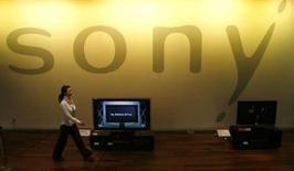 <p>Sony a dévoilé un nouveau caméscope de la taille d'une petite brique de jus de fruit, affirmant qu'il s'agissait du caméscope en haute-définition le plus petit et le plus léger au monde. /Photo prise le 4 mars 2008/REUTERS/Toru Hanai</p>