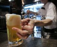 """<p>""""Recherche une personne pour accompagner un vieux monsieur au pub"""". Mike Hammond a déposé cette petite annonce au bureau de poste de son village, dans le sud de l'Angleterre, pour permettre à son père Jack, un veuf de 88 ans, d'avoir quelqu'un à qui tailler une bavette lorsque, deux fois par semaine, il quitte sa maison de retraite pour aller boire une bière au pub du coin. /Photo d'archives/REUTERS/Toru Hanai</p>"""