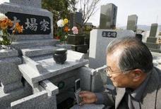 <p>Dans le cimetière du village de Kofu, près des Alpes japonaises, les vivants peuvent désormais se connecter au monde des morts. Au côté des inscriptions traditionnelles gravées dans le marbre, Teruo et Moyoko Oba ont installé sur leur caveau familial une petite plaque sur laquelle figure un code-barres qui permet aux visiteurs équipés d'un téléphone mobile d'afficher sur leur combiné la photo des Oba et leur nécrologie. /Photo prise le 2 avril 2008/REUTERS/Yuriko Nakao</p>
