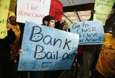 """<p>Демонстрация протеста в штаб-квартире инвестбанка Bear Stearns в Нью-Йорке 26 марта 2008 года. Четверо из пяти американцев считают, что в США """"все идет неправильно"""", показало исследование, проведенное New York Times/CBS News. (REUTERS/Shannon Stapleton)</p>"""