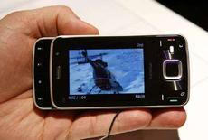 <p>Модель телефона Nokia N96, представленная на Всемирном мобильном конгрессе в Барселоне, 13 февраля 2008 года Крупнейший в мире производитель сотовых телефонов Nokia запустил игровой сервис N-Gage, надеясь встряхнуть вялый рынок игр для мобильных телефонов. (REUTERS/Albert Gea)</p>
