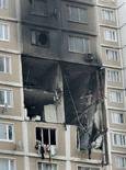 <p>Фасад жилого дома в Москве, пострадавшего от взрыва 5 апреля 2008 года. По меньшей мере два человека погибли в результате взрыва и пожара, разрушивших часть многоэтажного дома на улице Академика Королева в Москве. (REUTERS/Alexander Natruskin)</p>