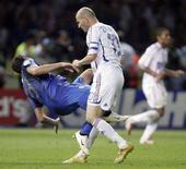 <p>Marco Materazzi cade dopo la testata di Zinedine Zidane durante la finale dei Mondiali di calcio a Berlino, il 9 luglio 2006. FIFA RESTRICTION - NO MOBILE USE HOLLAND OUT REUTERS/Peter Schols/GPD/Handout</p>