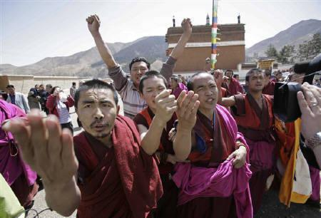 Tibetan monks shout slogans as a group of journalists, invited to an official visit by the local government, arrived at the Labrang Monestry in Xiahe, Gansu provinve April 9, 2008. The monks demanded the return of the Dalai Lama to China and yelling that they had no human rights.   REUTERS/Reinhard Krause