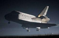 <p>Lo space shuttle Endeavour atterra al Kennedy Space Center in Florida. REUTERS/Pierre Ducharme (UNITED STATES)</p>