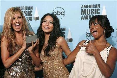 Actresses Ashley Tisdale (L), Vanessa Hudgens (C) and Monique Coleman pose with the award for Favorite Soundtrack Album they won along with the cast of ''High School Musical 2'' backstage during the 2007 American Music Awards in Los Angeles, California November 18, 2007. REUTERS/Mario Anzuoni