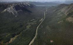 <p>Autostrada in Alaska immersa nella foresta boreale verso Whitehorse, Yukon. 21 giugno 2007. REUTERS/Andy Clark/Files</p>