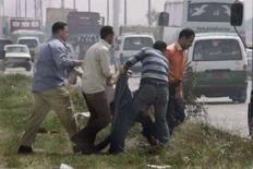 <p>رجال شرطة في زي مدني يلقون القبض على عضو في الاخوان خارج المحكمة. تصوير: ناصر نوري - رويترز</p>