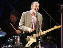 <p>Mick Jones, ex chitarrista e voce dei Clash, canta con la sua nuova band Carbon/Silicon al NME Awards 2008 a Los Angeles il 23 aprile 2008. REUTERS/Mario Anzuoni</p>