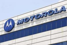 <p>Il logo Motorola in una fabbrica a Singapore. REUTERS/Vivek Prakash (SINGAPORE)</p>