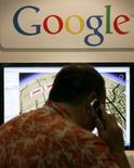 <p>Google a annoncé son entrée sur le marché de la publicité de marque destinée aux téléphones portables, un marché en pleine émergence. /Photo d'archives/REUTERS/Mike Blake</p>
