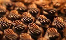 <p>Alcuni cioccolatini in una foto d'archivio. REUTERS/Albert Gea (SPAIN)</p>