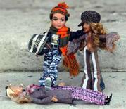 <p>Due bambole Bratz, una delle quali calpesta una Barbie. REUTERS/Stephen Hird SH/ASA/acm</p>