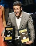 <p>Il cantante Justin Timberlake dopo avere ricevuto due premi alla cerimonia annuale dell'Ascap, a Hollywood. REUTERS/Danny Moloshok</p>