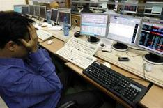 <p>Un broker davanti a tastiere di computer. REUTERS/Arko Datta</p>