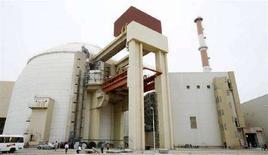 <p>Общий вид АЭС в Бушере 3 апреля 2007 года. Оборудование для первой иранской атомной электростанции в Бушере пересекло границы страны после того, как груз, следовавший из России, на какое-то время был задержан на территории Азербайджана, сообщил представитель иранских властей. (REUTERS/Raheb Homavandi)</p>