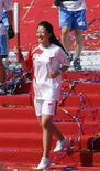 <p>Олимпийская чемпионка по конькобежному спорту Ян Ян несет олимпийский огонь, Санья, 4 мая 2008 года. Заключительный этап эстафеты олимпийского огня начался в воскресенье в китайской провинции Хайнань. REUTERS/Stringer (CHINA).</p>