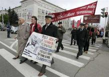 """<p>Акция протеста против роста цен в Ставрополе, 1 мая 2008 года. Высокие цены на продукты питания породили волну протестов в ряде стран мира. Особенно остро проблема подорожания продовольствия стоит в бедных странах. Ниже приводятся данные о выступлениях трудящихся и """"голодных бунтах"""" на разных континентах. (REUTERS/Eduard Korniyenko)</p>"""