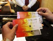 <p>Biglietti per le Olimpiadi di Pechino 2008 acquistati nella sede centrale della Banca della Cina, a Pechino. 5 maggio 2008. REUTERS/Jason Lee</p>
