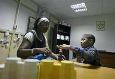 <p>Bambino affetto da autismo durante una sessione di terapia nel Centro Autismo Dora Alonso a L'Avana, Cuba. REUTERS/Enrique De La Osa</p>