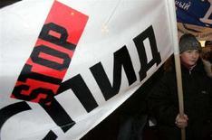 """<p>Демонстрация против СПИДа в День всемирной борьбы со СПИДом в Москве 1 декабря 2005 года. Россия утратит завоеванные в борьбе со СПИДом позиции и столкнется с эпидемией ВИЧ-инфекции, если не будет больше помогать """"сидящим на игле"""" наркоманам, заявил исполнительный директор Программы ООН по противодействию СПИДу (UNAIDS) Питер Пиот. (REUTERS/Alexander Natruskin)</p>"""