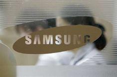 <p>Logo Samsung sulla vetrata della sede di Seul, Corea del Sud. REUTERS/Jo Yong-Hak</p>