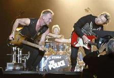 <p>I Police - Sting (a sinistra), il batterista Stewart Copeland e il chitarrista Andy Summers (a destra) - durante un concerto a Tokyo nel 2007. REUTERS/Issei Kato (JAPAN)</p>