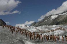 <p>Volontari nudi sul set di una performance organizzata dal fotografo americano Spencer Tunick sul ghiacciaio svizzero di Aletsch nell'agosto 2007. REUTERS/Stefan Wermuth (SWITZERLAND).</p>