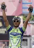 <p>Daniele Bennati esulta al termine della tappa di oggi. REUTERS/Giampiero Sposito (ITALY)</p>