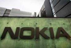 <p>Nokia prévoit de proposer des fonctions de GPS (navigation par satellite) sur la moitié de ses téléphones d'ici quelques années pour développer de nouvelles sources de revenus dans un contexte global de baisse des prix des combinés. /Photo prise le 11 avril 2008/REUTERS/Bob Strong</p>