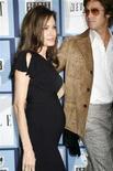 <p>L'attrice Angelina Jolie con il marito Brad Pitt in una foto scattata nel febbraio scorso. REUTERS/Fred Prouser/Files (UNITED STATES)</p>