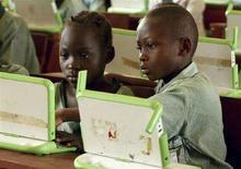 <p>Scolari nigeriani lavorano sui computer portatili XO del programma della fondazione One Laptop Per Child. Reuters/Afolabi Sotunde (NIGERIA)</p>