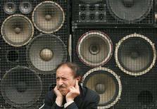 <p>Un uomo davanti ad un impianto acustico si tappa le orecchie per il troppo rumore. REUTERS/David Mdzinarishvili</p>