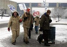 <p>United Auto Worker union members picket outside the American Axle Manufacturing plant as workers reject demands for steep wage cuts from the auto parts supplier in Hamtramck, Michigan February 26, 2008. he United Auto Workers and American Axle & Manufacturing Holdings Inc <AXL.N> reached a tentative contract agreement late Friday aimed at ending an 11-week-long strike that had triggered thousands of layoffs and cost General Motors Corp <GM.N> at least $1 billion. REUTERS/Rebecca Cook</p>