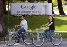 <p>Due persone in bicicletta passano davanti alla sede di Google a Mountain View, California. REUTERS/Kimberly White</p>