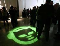 <p>Il logo di Napster proitettato sul pavimento durante un evento promozionale a New York. REUTERS/Jeff Christensen JC</p>