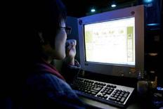 <p>Una giovane al computer. Si precisa che la foto ha solo carattere illustrativo della notizia. REUTERS/You Sung-Ho/Files</p>